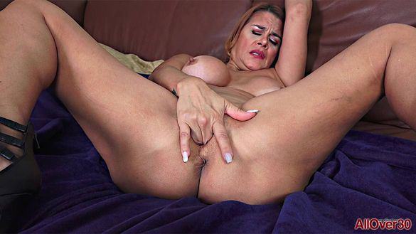 Sexy Busty Cougar Juliett Russo
